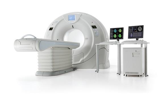 2013年9月より東芝メディカルシステムズ社製「Aquilion ONE / ViSION Edition(320列)」を導入しました。 この Aquilion ONE は、わずか0.275秒で320枚の画像を撮影することができるため、日常検査の適応範囲拡大と共に、心臓CT検査を始め、様々な検査でのアクセス性や操作性を向上させます。
